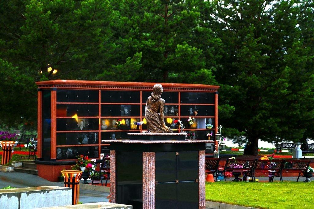 семейные склепы в парке памяти