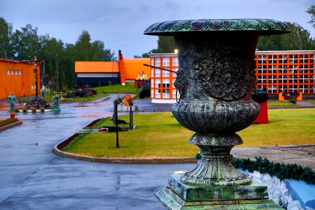 ваза в парке памяти