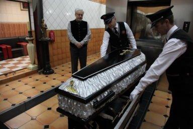 загрузка гроба в печь