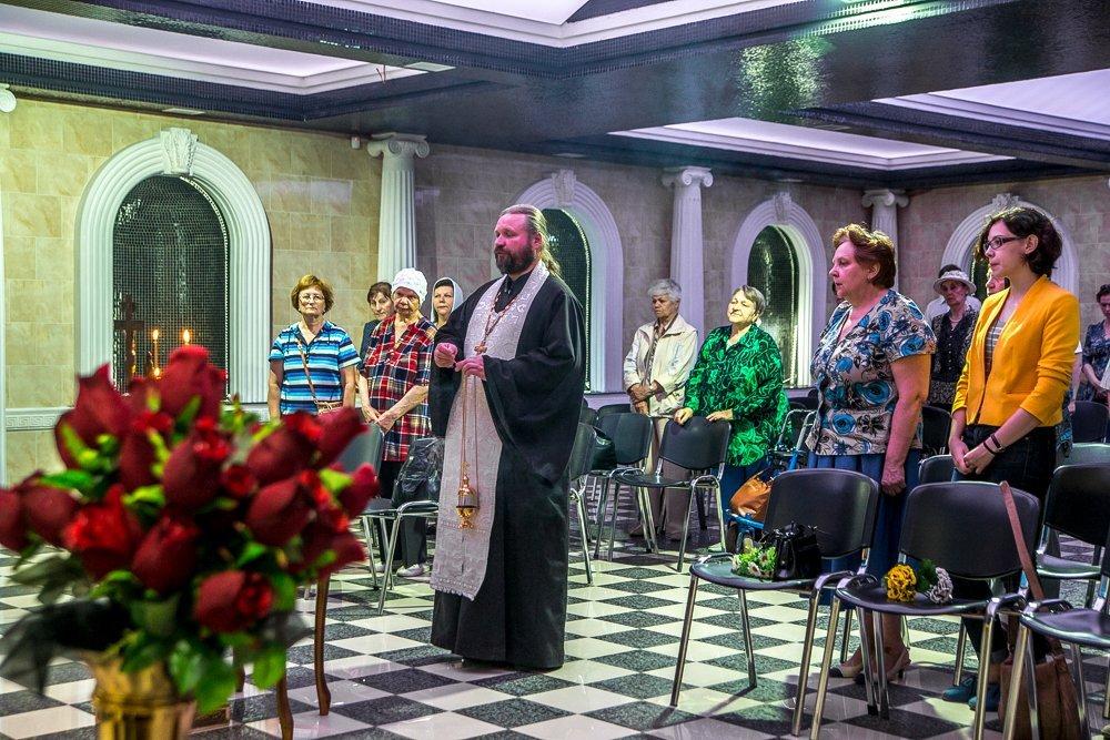 В Новосибирском крематории 18 июня был совершён молебен по усопшим и состоялся поминальный концерт.