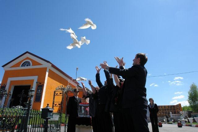 На крыльях белых голубей