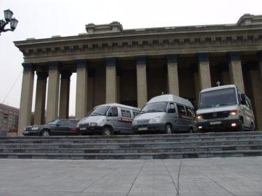катафалки на фоне оперного театра