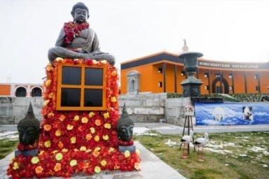 Будда в парке новосибирского крематория