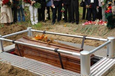 опускание гроба в могилу