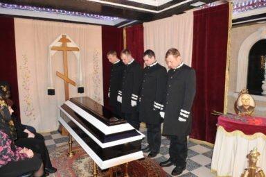 похоронная бригада у гроба