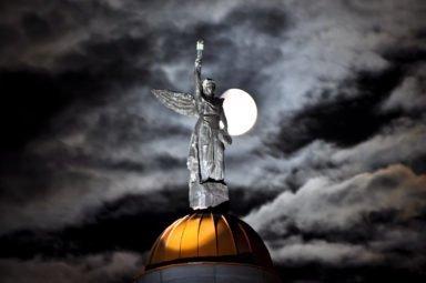 Ангел на куполе Новосибирского крематория