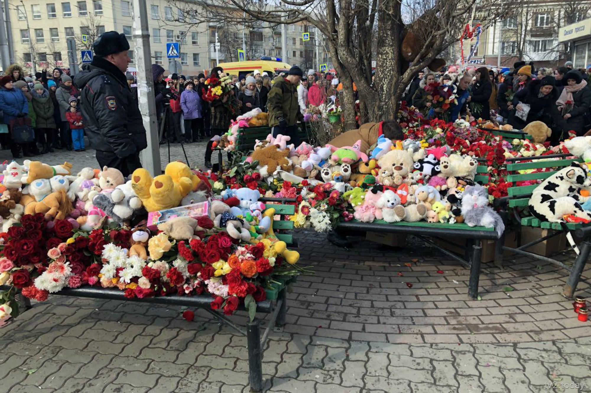День траура по погибшим в Кемерове начался в России